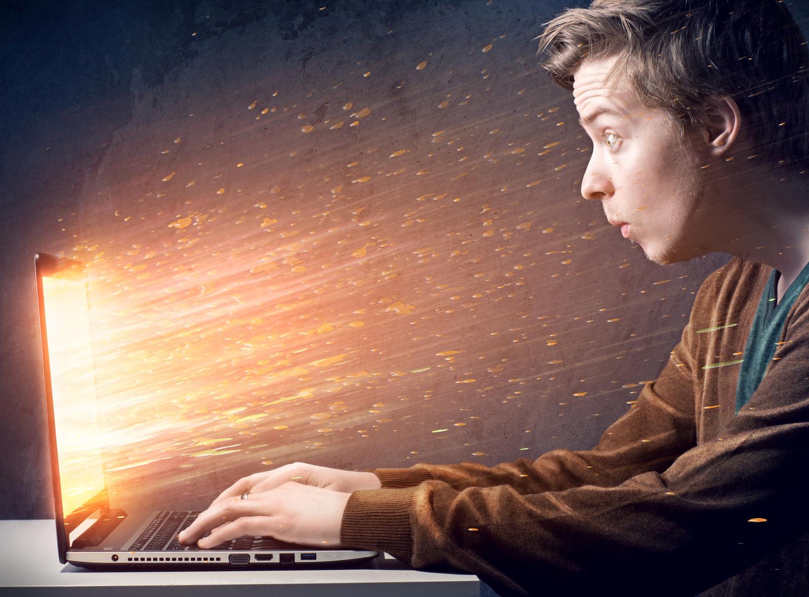 Jugendlicher am PC