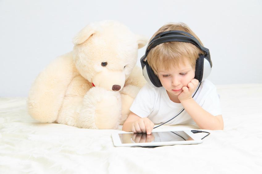 digitales babysitten - kleiner Junge mit Tablet
