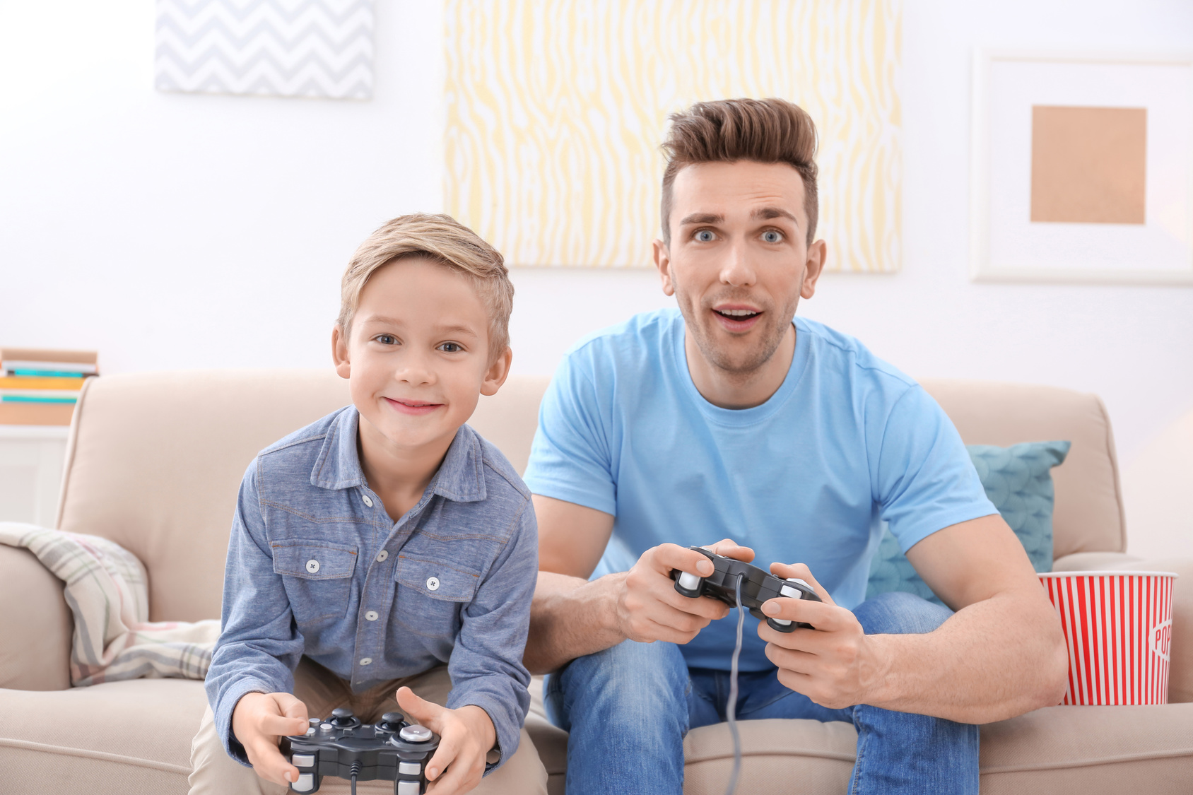 Eltern die zusammen mit ihren Kindern gamen